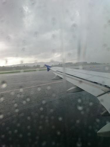 Photo: Tragfläche eines Flugzeugs bei Regen